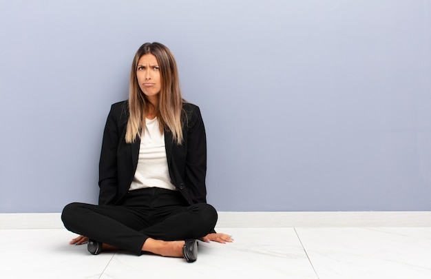 Sentirse confundido y dudoso, preguntándose o tratando de elegir o tomar una decisión