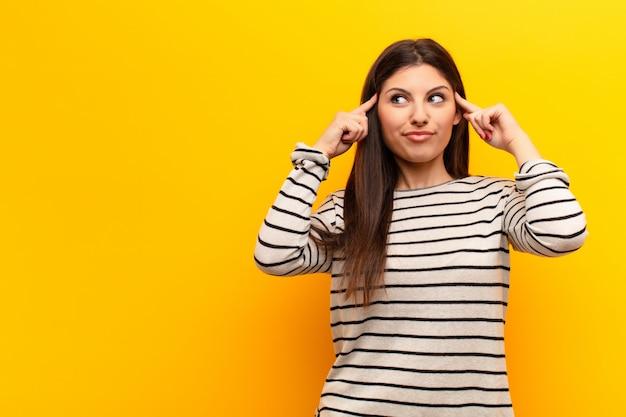 Sentirse confundido o dudar, concentrarse en una idea, pensar mucho, buscar copiar el espacio de lado