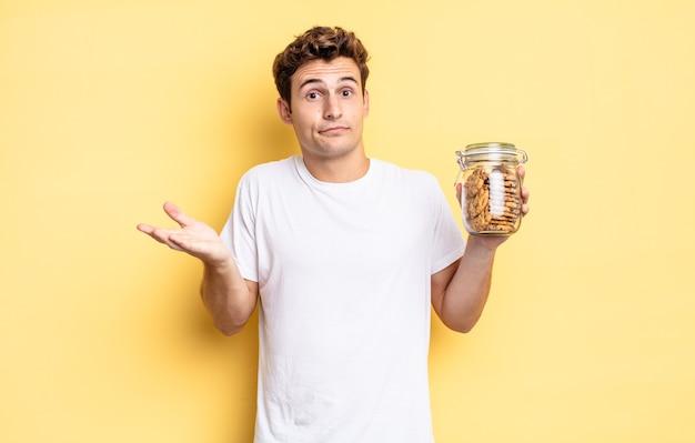 Sentirse desconcertado y confundido, dudar, ponderar o elegir diferentes opciones con expresión divertida. concepto de galletas caseras