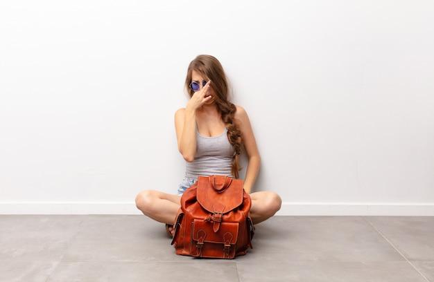 Sentirse disgustado, taparse la nariz para evitar oler un hedor desagradable y desagradable