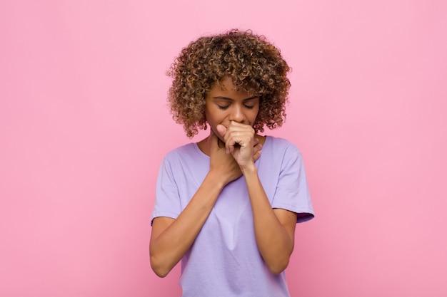 Sentirse enfermo con dolor de garganta y síntomas de gripe, tos con la boca cubierta