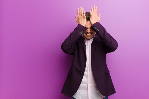 Sentirse estresado y ansioso, deprimido y frustrado con dolor de cabeza, levantando ambas manos a la cabeza