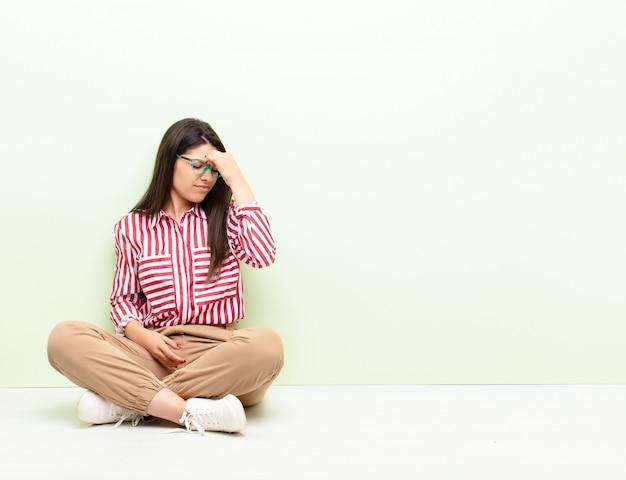 Sentirse estresado, infeliz y frustrado, tocar la frente y sufrir migraña de dolor de cabeza intenso