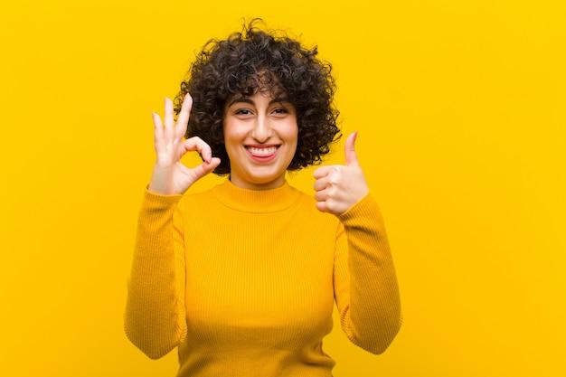 Sentirse feliz, asombrado, satisfecho y sorprendido, mostrando gestos de aprobación y pulgar hacia arriba, sonriendo