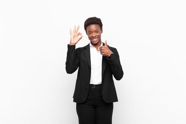 Sentirse feliz, asombrado, satisfecho y sorprendido, mostrando gestos de aprobación y pulgares arriba, sonriendo