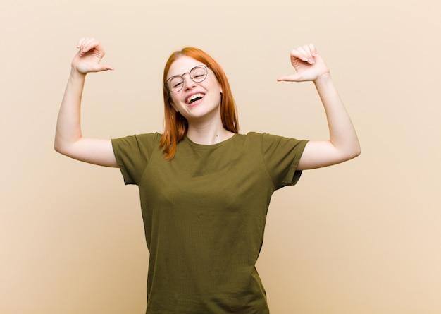 Sentirse orgulloso, arrogante y confiado, lucir satisfecho y exitoso, apuntarse a sí mismo