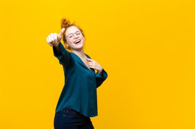 Sentirse orgulloso, despreocupado, confiado y feliz, sonriendo positivamente con los pulgares arriba