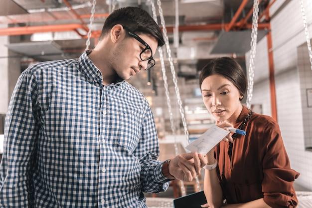 Sentirse preocupado. pareja de empresarios preocupados por la apertura de una nueva sucursal de la empresa