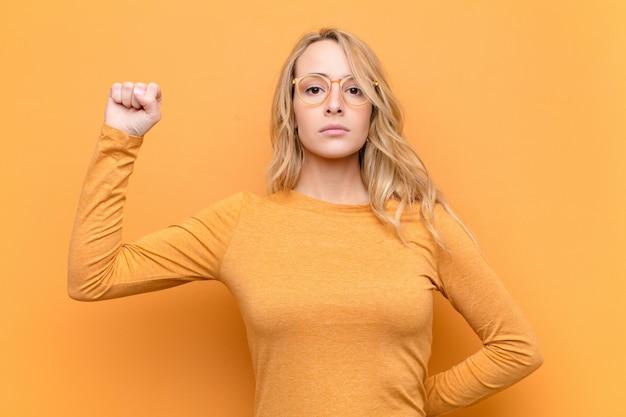 Sentirse serio, fuerte y rebelde, levantar el puño, protestar o luchar por la revolución.