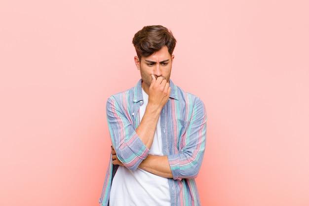 Sentirse serio, pensativo y preocupado, mirar de costado con la mano presionada contra la barbilla