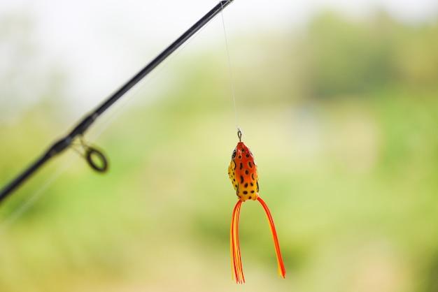 Señuelo de pesca o cebo de pesca en caña de pescar con fondo de naturaleza