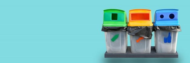 Separación de basura de basura reciclada sobre un fondo azul.