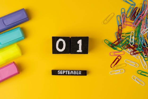 Septiembre marcadores de tiempo clips y lápices concepto de educación a partir de la escuela el 1 de septiembre