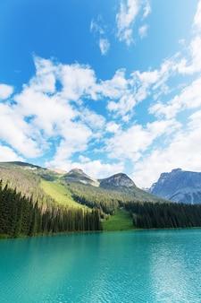 Serenity emerald lake en el parque nacional yoho, canadá. filtro de instagram
