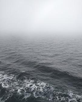 Sereno mar salish en columbia británica cubierto de espesa niebla
