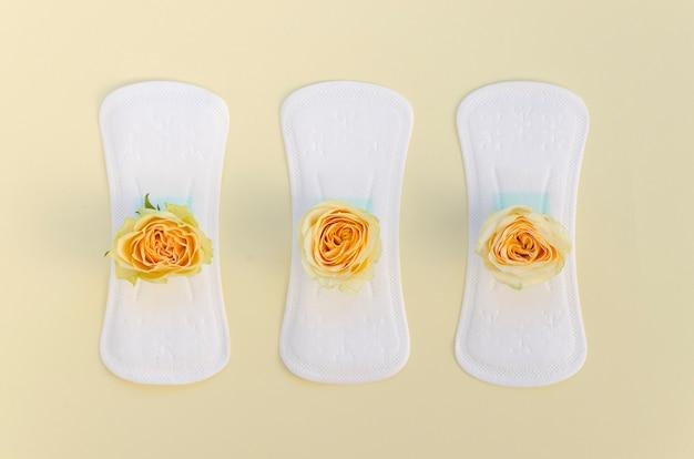 Serie de toallas sanitarias con rosas amarillas.
