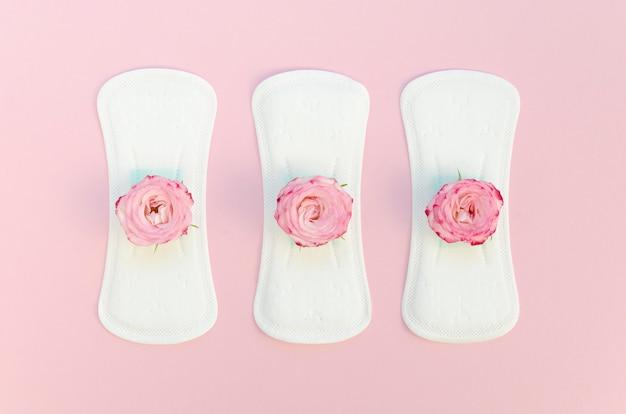 Serie de toallas sanitarias con rosas rosadas