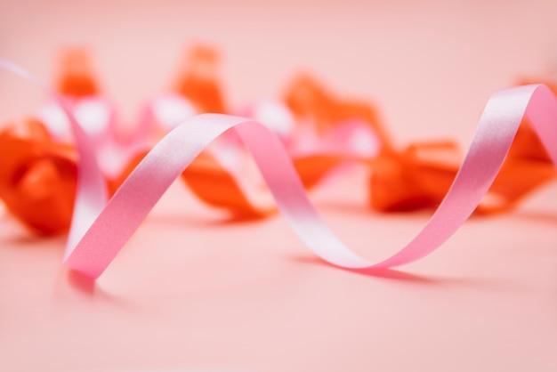 Serpentina rosa con curvas en primer plano