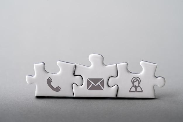 Servicio al cliente y contáctenos icono en el teclado de cubo de madera