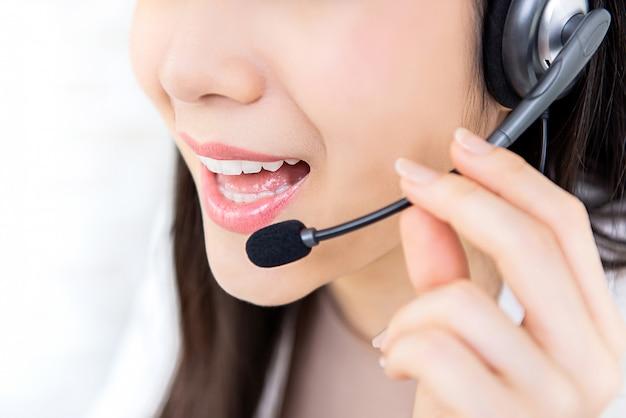 Servicio de atención al cliente mujer joven personal del centro de llamadas