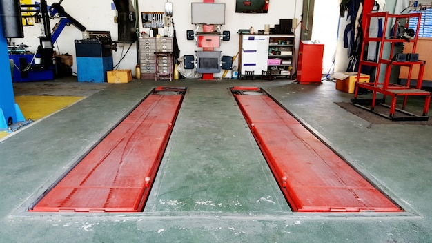 Servicio de auto garaje con herramientas mecánicas photo