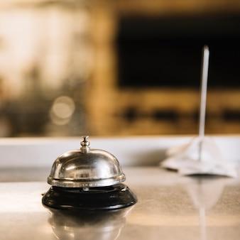 Servicio de campana en mesa en restaurante.