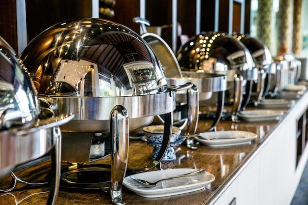 Servicio de comida buffet con bandejas calientes listas para el servicio.