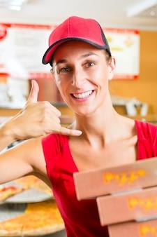 Servicio a domicilio, mujer sosteniendo cajas de pizza