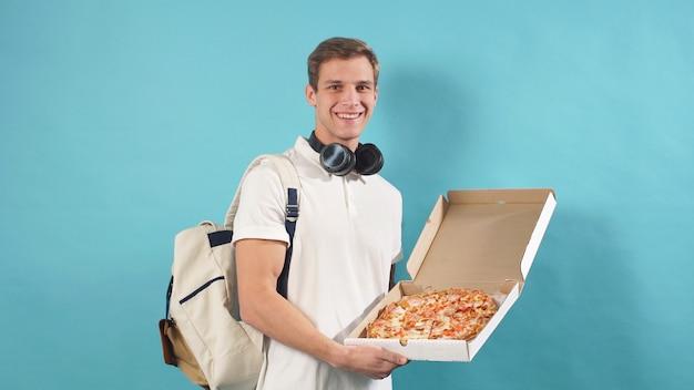 Servicio de entrega empleado, el cartero está listo para entregar pedidos en línea al destino. mensajero en una pared aislada