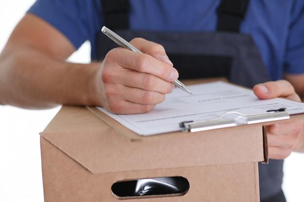 El servicio de entrega de mensajería especializado ofrece llenar el contrato de cooperación con el cliente. los términos de entrega son acordados y firmados por ambas partes con un bolígrafo en la mano