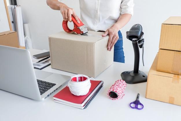 Servicio de entrega de propietario de negocio y caja de embalaje de trabajo