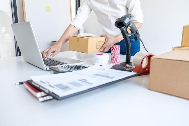 Servicio de entrega del propietario de una pequeña empresa o empresario de pyme y caja de embalaje de trabajo