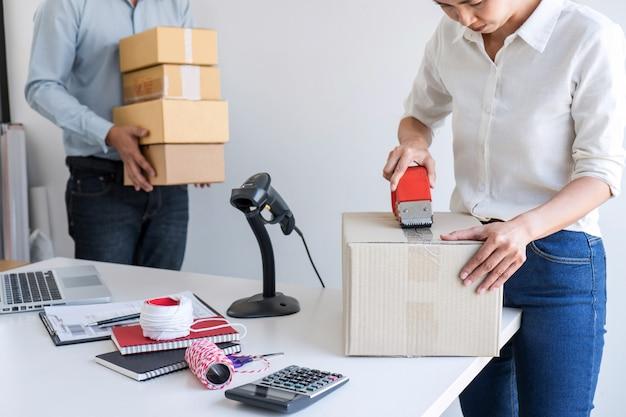 Servicio de entrega propietario de pyme empresario y caja de embalaje de trabajo, orden de trabajo de negocios de control