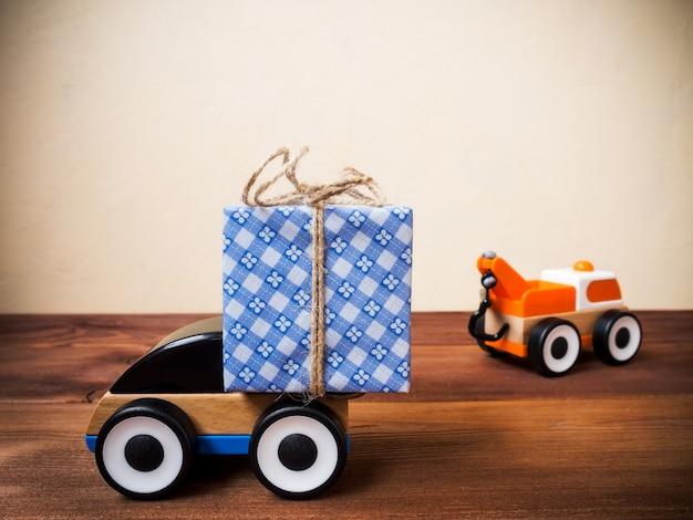 Servicio de entrega de regalos en coche de juguete