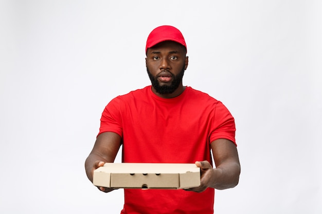 Servicio de entrega - retrato de repartidor de pizza afroamericana guapo.