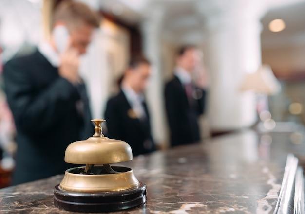 Servicio de hotel campana hotel conceptual, viajes, habitaciones, mostrador de recepción del hotel de lujo moderno en