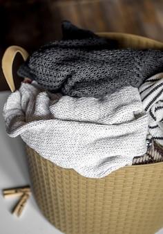 Servicio de lavandería, ropa abrigada en el cesto, lavado