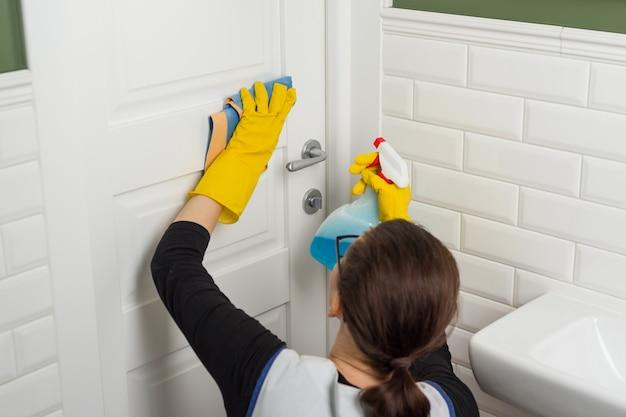 Servicio de limpieza en el baño.