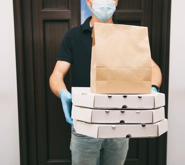 El servicio de mensajería está entregando la comida del restaurante en la parte superior de la casa
