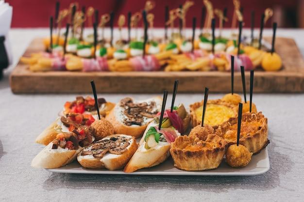 Servicio de mesa de catering en el restaurante antes de la fiesta.