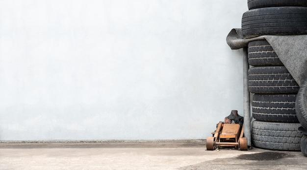 Servicio de reparación de reparación de automóviles, gato y neumáticos, fondo de reemplazo de rueda de neumático con copyspace