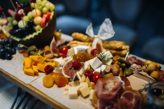 Servicio de restaurante. mesa de restaurante con comida en el evento. aperitivos en la mesa. catering.