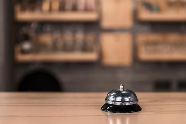 Servicio de timbre en el mostrador de madera