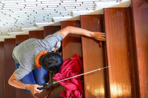 Servicios de control de plagas / termitas en escaleras de madera en la nueva casa que tienen carteles de termitas en su interior.