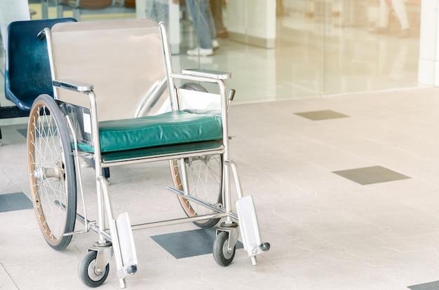 Servicios vacíos de sillas de ruedas en el hospital para pacientes de edad avanzada y discapacidades