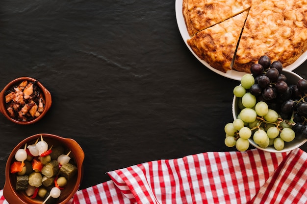 Servilleta cerca de uvas y comida surtida