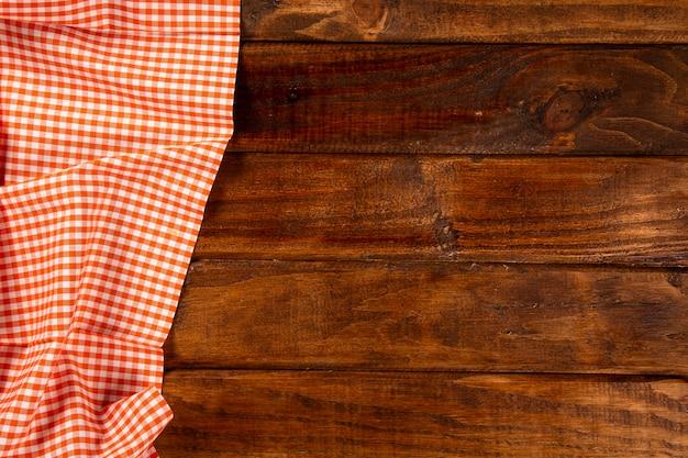 Servilleta naranja sobre la mesa de madera. vista superior.