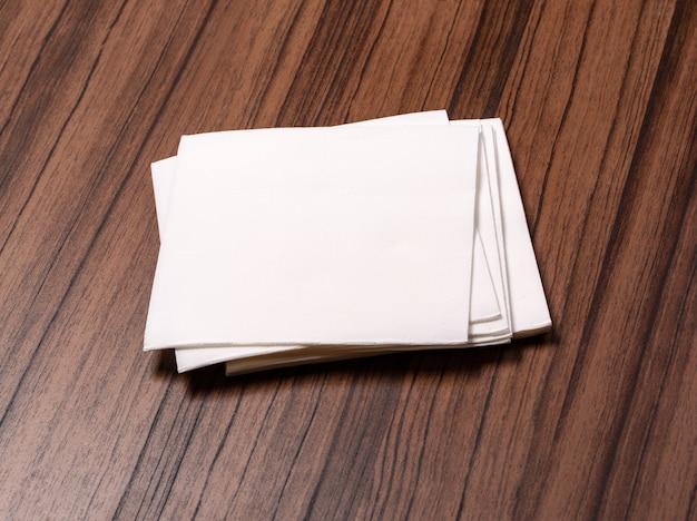 Servilleta de papel blanco sobre la mesa de madera antigua