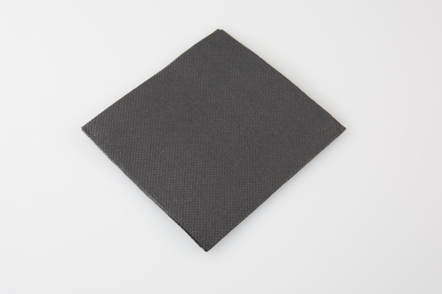 Servilleta de papel negro aislada en blanco