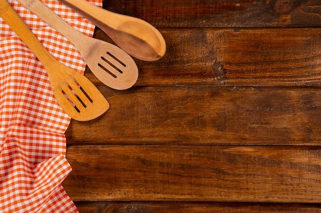 Servilleta roja con cuchara sobre la mesa